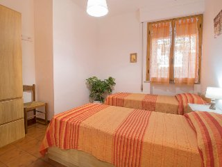 2 bedroom Apartment with Walk to Beach & Shops - 5503586