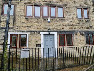BOBBIN COTTAGE, lovely views, Grade II listed, exposed beams, Ref 970719