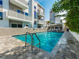 Affinity Seabreeze - Trilevel Townhome, Walk To Cafes And Beach