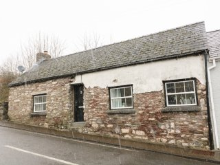 SNOWDROP COTTAGE, dog-friendly, exposed wooden beams, in Laugharne, Ref 949428