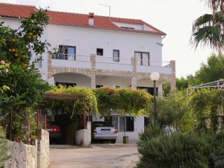 Two bedroom apartment Jelsa (Hvar) (A-5703-a)