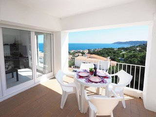 2 bedroom Apartment with Air Con and Walk to Beach & Shops - 5043648