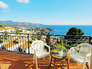 2 bedroom Apartment with Walk to Beach & Shops - 5043634