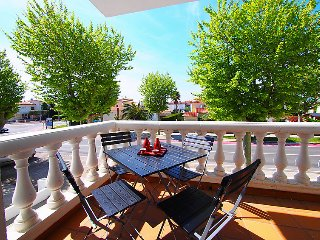 2 bedroom Apartment with WiFi and Walk to Shops - 5043842