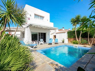 3 bedroom Villa with Pool, Air Con and Walk to Shops - 5635860