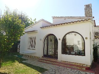 2 bedroom Villa with Air Con and Walk to Beach & Shops - 5697940