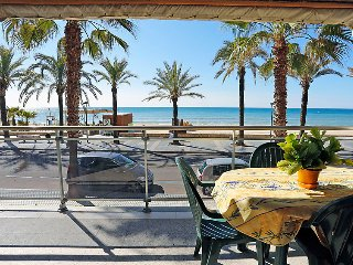 2 bedroom Apartment with Walk to Beach & Shops - 5029613