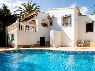 2 bedroom Villa with Pool, Air Con, WiFi and Walk to Shops - 5044635