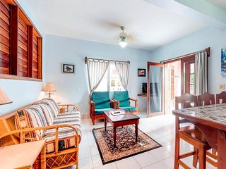 Charming studio w/ ocean view, shared pool, and peaceful location!