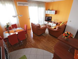 Split Apartment Sleeps 4 with Air Con and WiFi - 5470296
