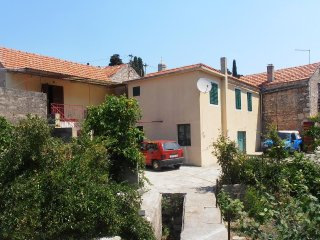 Two bedroom apartment Vrisnik (Hvar) (A-4051-a)