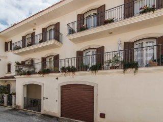 'VIVI LA CONTEA' Casa vacanze Centro Storico con garage incluso -12 posti letto-