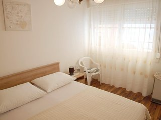 Split Apartment Sleeps 4 with Air Con - 5471372