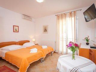 Room Brela, Makarska (S-13118-a)