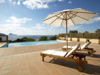 Villa Codolar with views of the sea and Es Vedra, only 200m to the beach! Catalu