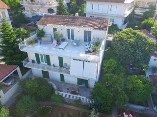 Two bedroom apartment Okrug Gornji (Ciovo) (A-13891-a)
