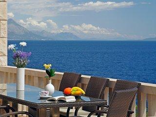 Entire floor, pool, 30m from sea, three bedrooms II