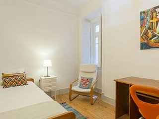 TWIN ROOM IN VERY NICE AND LARGE FLAT IN CENTRAL LISBON
