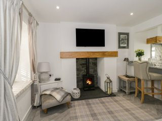9 CHAPEL STREET, open-plan living area, en-suite, centre of Conwy, Ref 965189