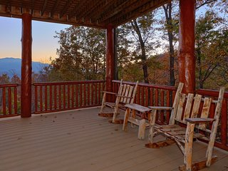 'Timber Wolf', Amazing Fire Pit, Stunning Mtn View, 6 BR cabin. Sleeps 26