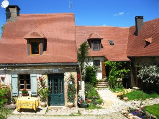 Les Gites Fleuris- 2 stone Perigordian cottages with heated pool, games room