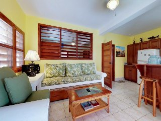 Cozy condo with shared pool and great location - moments from the ocean!