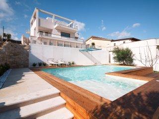 AL056 Villa con piscina privata 20 posti letto parcheggio climatizzata