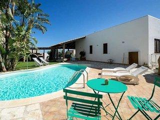 AL066 Villa con piscina privata 8 posti vista mare
