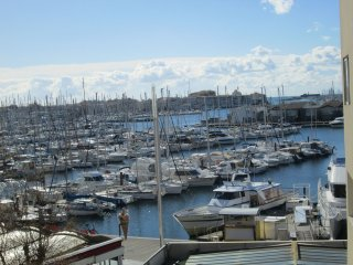 Large 1 Bed Apartment in Heart of Centre Port