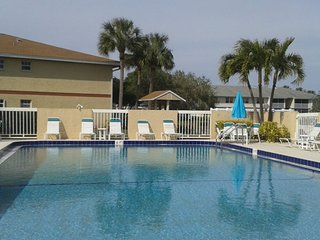 PRIVATE RM, WITH POOL, NEAR JENSEN BEACH;  CLOSE TO SHOPPING CENTERS, PARKS..