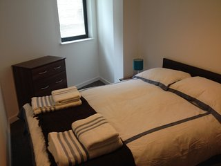 Liverpool City Center Modern Double Bedroom with Private Family Bath