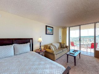 Cozy suite with expansive views, shared pool and hot tub, near beach!