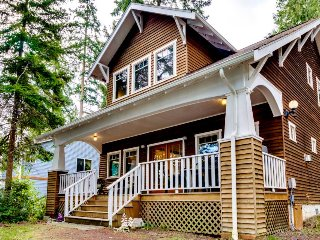 Bayfront, dog-friendly cottage with a lovely porch & beach access!