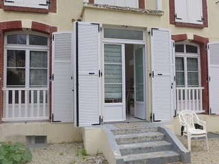 2 bedroom Apartment with WiFi and Walk to Beach & Shops - 5046565