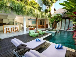 Easy WALK to EAT STREET LUX 2beds Seminyak