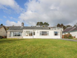 CAE GLAS, conservatory, enclosed garden, spacious retreat, in Pwllheli, Ref