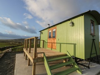 CYSGOD Y BUGAIL, studio accommodation, panoramic countryside views, decked