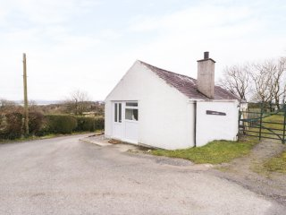 GWNUS BUNGALOW, views of Menai Straits, beach 2 miles, near Benllech, Ref 969943