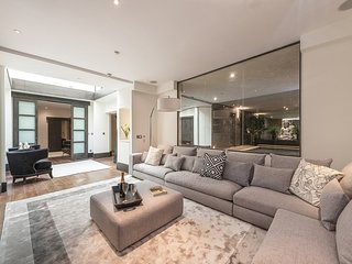 Superb 3 Bed Apartment with Private Pool, Perfect Location