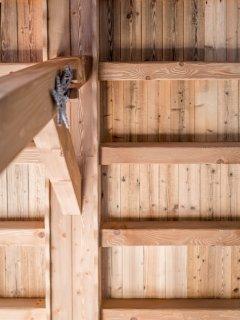 Le plafond entièrement réalisé en bois ancien.