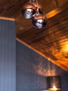 Détail des luminaires de la chambre 'Railling'.