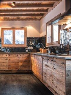La cuisine en vieux bois et Zelliges. Vue sur les aiguilles de Warrens et la vallée.