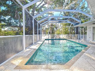 4BR w/ Screened Pool, BBQ, Ping-Pong, & Sunroom, Walk to Lido Beach