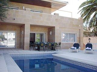 0107-LLOBREGAT Casa al canal con piscina y amarre