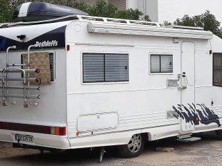 Campervan estacionada com vista para a Praia