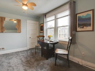 Cozy apartment 2 blocks from Hyde Park & Camel's Back Park.  Free Bike use!