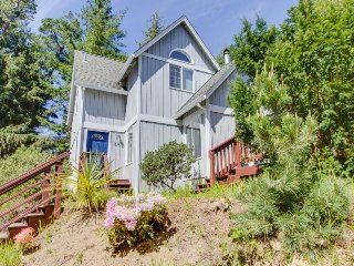 Upbeat, dog-friendly coastal home w/ easy beach access & location close to town!