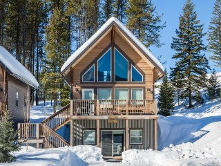 Comfortable chalet near Glacier Nat'l Park w/ mountain views & spacious deck!