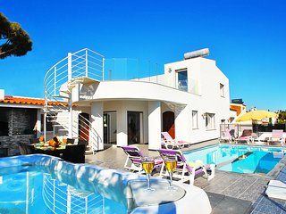 BRAND NEW VILLA W/ JACUZZI, HEATABLE POOL, WIFI, AIR CON AND STUNNING SEA VIEWS