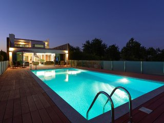 LUXURY VILLA, HEATABLE POOL, FREE WI-FI, AIR-CON & SUPERB SEA & COUNTRY VIEWS